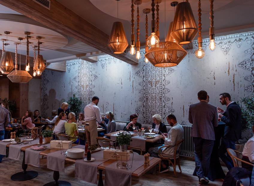 Populāras slavenības ļaujas itāļu picas meistarklasei un iepazīst jaunākās paaudzes virtuves izlietnes.
