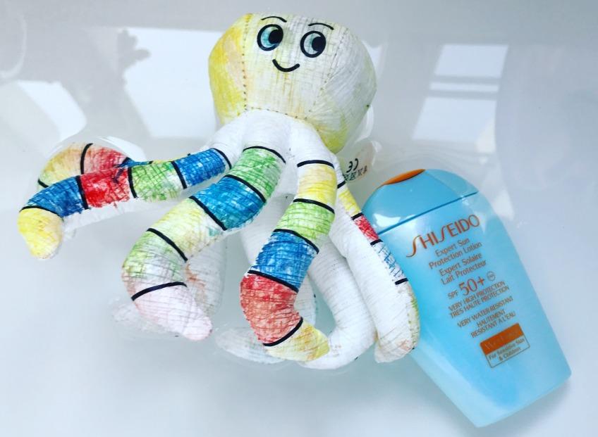 Лосьон, который защитит от негативного влияния солнечных лучей детскую и чувствительную кожу после купания