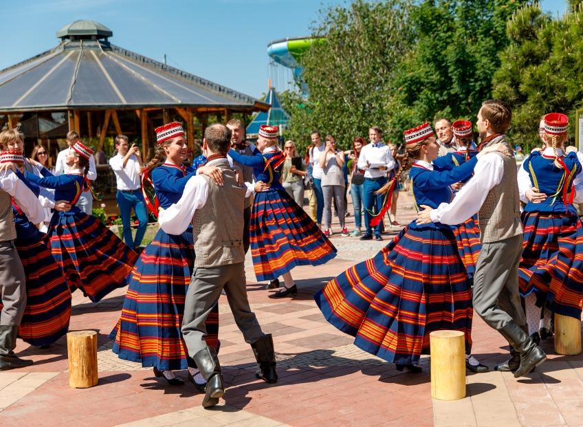Iedzīvotāji aicināti uz bezmaksas tautas deju nodarbībām Rīgas centrā, mikrorajonos un Ādažos
